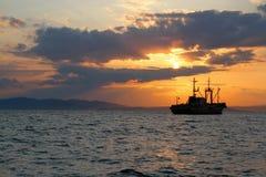 Schiff bei Sonnenuntergang Stockfoto
