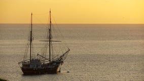 Schiff bei Sonnenuntergang stock video