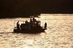 Schiff bei Sonnenuntergang lizenzfreie stockfotos