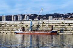 Schiff, das am Dock in einem Hafen von Rijeka entlädt stockbild
