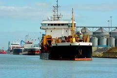 Schiff, das einen beschäftigten Hafen verlässt Lizenzfreies Stockbild