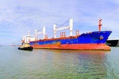 Schiff, das Hafen verlässt lizenzfreies stockfoto