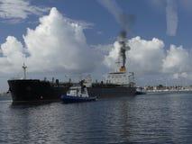 Schiff, das im Hafen maneveuring ist Lizenzfreie Stockfotos