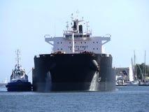 Schiff, das im Hafen maneveuring ist Stockfoto