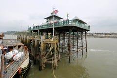 Schiff, das im viktorianischen Pier ankommt Stockbild