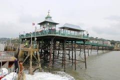 Schiff, das im viktorianischen Pier ankommt Stockfotografie