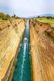 Schiff, das Korinth-Kanal in Griechenland f?hrt lizenzfreie stockfotografie