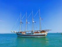 Schiff, das Marine-Pier verlässt lizenzfreies stockbild