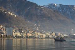 Schiff, das in Richtung zu Montreux mit Bergen im Hintergrund kreuzt stockfoto