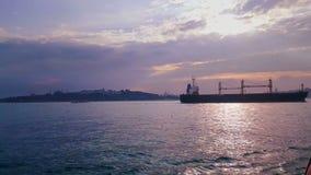 Schiff, das von Bosphorus, Istanbul die Türkei überschreitet stock video