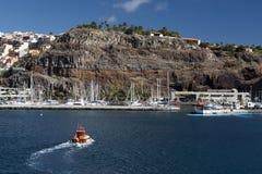 Schiff, das zum Hafen segelt Stockfotos