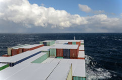 Schiff in dem Ozean Lizenzfreie Stockfotos