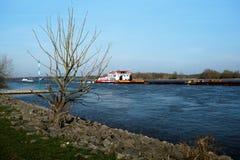 Schiff in dem Rhins-Fluss nahe Duisburg lizenzfreies stockfoto
