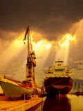 Schiff in den Strahlen der Sonne Lizenzfreies Stockbild