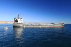 Schiff der gemischten Ladung Cremona verankert in Alicante-Bucht lizenzfreie stockbilder