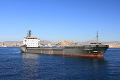 Schiff der gemischten Ladung Cremona verankert in Alicante-Bucht stockfotografie