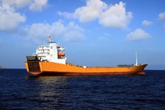 Schiff der gemischten Ladung verankert in Alicante-Bucht lizenzfreie stockfotos