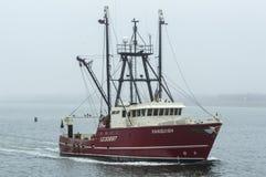 Schiff der kommerziellen Fischerei besiegen im Nebel Lizenzfreie Stockfotos