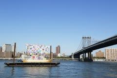 Schiff der Toleranz in der Front von Manhattan-Brücke während Dumbo-Kunst-Festivals 2013 in Brooklyn Stockbilder