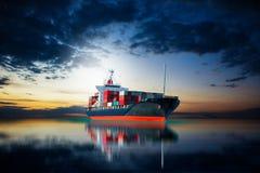 Schiff in Dockimport-export Waren Stockfoto