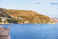 Schiff an Dubrovnik-Küste im adriatischen Meer Stockbilder