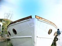 Schiff an einem Pier lizenzfreie stockfotos