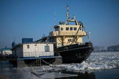 Schiff eingeschlossen im Eis auf der gefrorenen Donau von Rumänien lizenzfreie stockbilder
