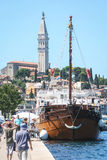 Schiff festgemacht am Dock in Rovinj Stockbilder