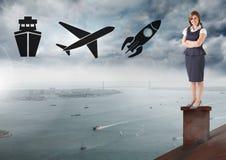 Schiff, Fläche und Rakete Ikonen und Geschäftsfrau, die auf Dach mit Kamin und bewölktem Stadthafen stehen Stockbilder