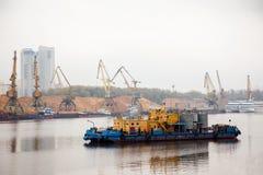 Schiff am Flusshafen Lizenzfreies Stockfoto