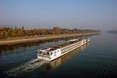 Schiff geht auf den Fluss Donau Lizenzfreie Stockfotos