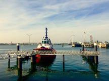 Schiff am Hafen Rotterdam bei Sonnenuntergang Lizenzfreies Stockbild