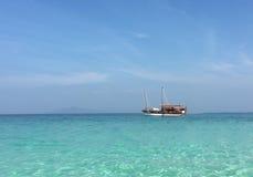 Schiff im azurblauen Ozean Lizenzfreies Stockfoto