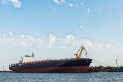 Schiff im Hafen lizenzfreie stockbilder
