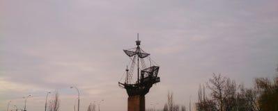 Schiff im Himmel Stockbild