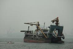 Schiff im Meer nahe dem Shanhai-Durchlauf Stockfotografie