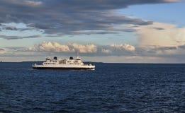 Schiff im Meer am sonnigen Tag Stockbild
