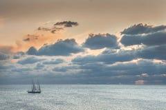 Schiff im ruhigen See Stockfoto