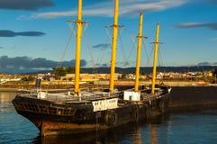 Schiff im Sonnenaufgang Lizenzfreies Stockfoto