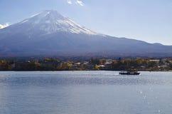 Schiff in Kawaguchiko lizenzfreie stockfotografie