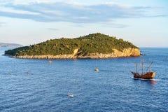 Schiff in Lokrum-Insel von adriatischem Meer in Dubrovnik Lizenzfreies Stockbild