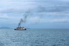 Schiff, Meer und Himmel Stockfotografie