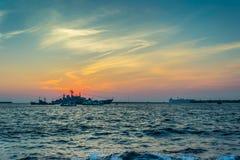 Schiff, Meer und Sonnenuntergang Stockfoto