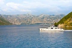 Schiff mit amerikanischer Flagge in Kotor-Bucht, Montenegro Stockbild