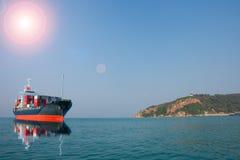 Schiff mit Behälter auf Hügelansicht Stockfotografie