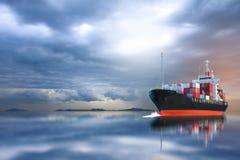 Schiff mit Behälter auf Sturmhimmel Stockbild