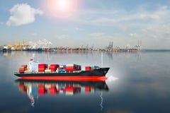 Schiff mit Behälter läuft vom Dock Stockbild