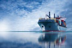 Schiff mit internationalem Behälterimport-export Lizenzfreies Stockbild