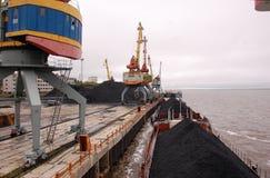 Schiff mit Kohle am Kolyma-Flusshafen Stockbilder