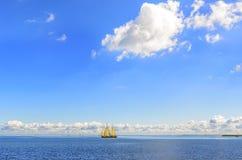 Schiff mit Segeln im Meer auf dem Horizont lizenzfreies stockfoto